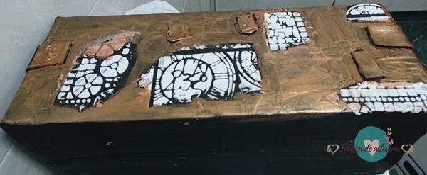 Fondo metálico con pasta de textura sin pintar.