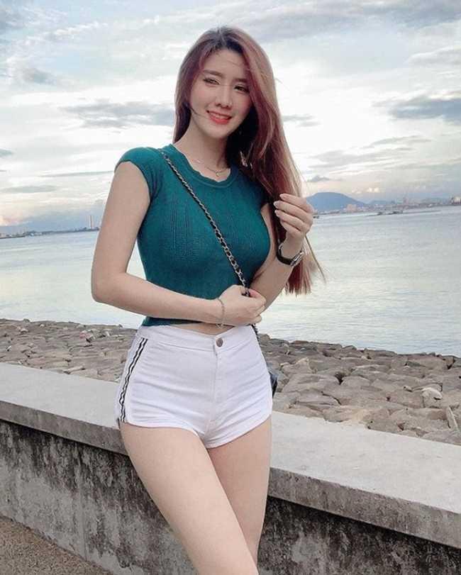 Nắng nóng, chị em lại mặc quần 15cm tung hoành, thiêu đốt phố xá châu Á