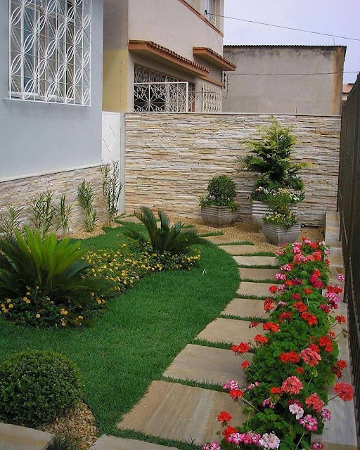 Taman Minimalis dengan Rumput Sintetis dan Bunga