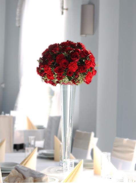 czerwone kwiaty na weselu