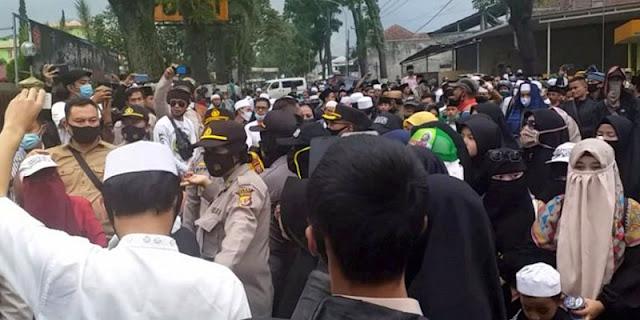 Tuntut Pembebasan Habib Rizieq, Ratusan Massa Geruduk Polres Garut