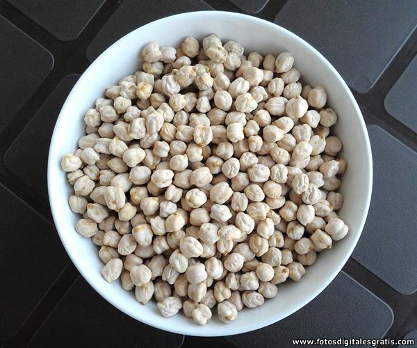 El garbanzo es una leguminosa que junto con otros alimentos, ha formado parte de la alimentación humana durante milenios.