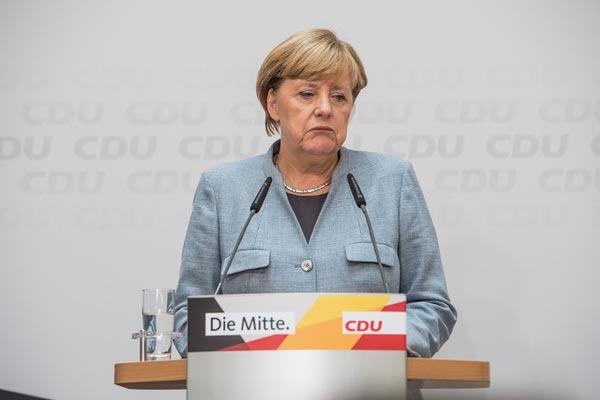 Angela Merkel fordert die Menschen auf, zu Hause zu bleiben