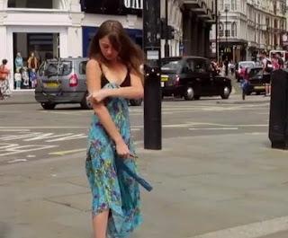 Viral! Buka Pakaian di Jalanan, Aktivis Wanita Ini Buat Ramai Warga London