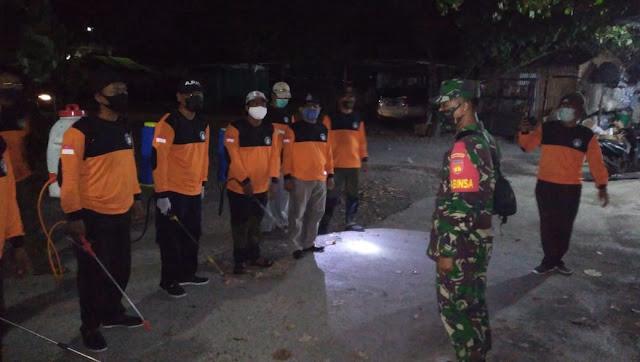 Koramil Pedan Bersama Relawan Lakukan Penyemprotan Disinfektan di Malam Hari