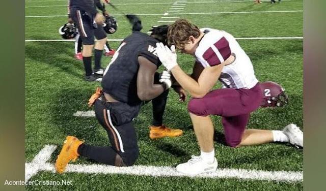 Jugador orando por su oponente en el campo