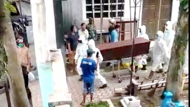 Viral Video Petugas Keliru Memakamkan Jenazah COVID-19, Keluarga Ngamuk-ngamuk Pukuli Petugas
