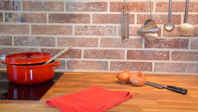 Plan de travail avec une casserole et des oignons
