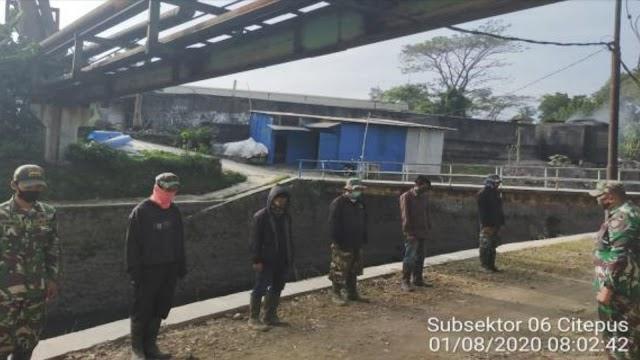 Satgas Sektor 21-6 Bersihkan Sampah di Sungai Citepus Kampung Sekeandur
