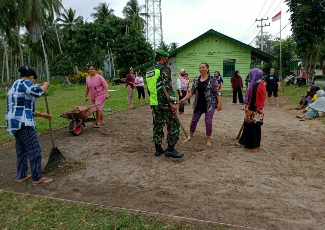 Lakukan Komsos, Babinsa Yudi Teguh Gotong Royong Dengan Ibu-Ibu Kelompok Dasa Wisma Setia Tanjung