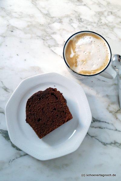 Dunkler Schokoladenkuchen und Milchkaffee