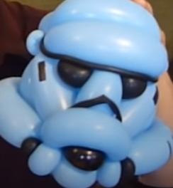 Sturm-Truppler-Helm aus Luftballons.