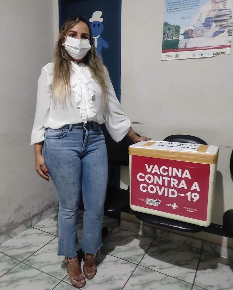 Secretária de saúde de Água Doce do Maranhão recebe as primeiras doses da vacina Coronavac destinadas ao município