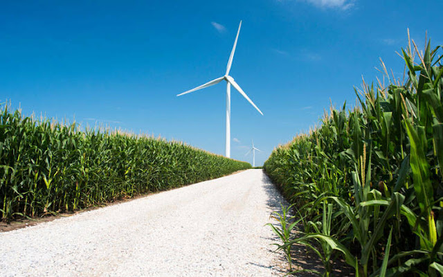Πανευρωπαϊκό και κατά συνέπεια και εθνικό ρεκόρ κατέγραψαν προ ημερών οι Ανανεώσιμες Πηγές Ενέργειας στην Ελλάδα καθώς σύμφωνα με τα επίσημα στοιχεία του ΑΔΜΗΕ, τη Δευτέρα 14 Σεπτεμβρίου οι ανεμογεννήτριες και τα φωτοβολταϊκά κάλυψαν το 51% της ζήτησης ηλεκτρικής ενέργειας, ποσοστό που ανεβαίνει στο 57% εάν συνυπολογιστούν και τα μεγάλα υδροηλεκτρικά έργα. Όπως αναφέρει η WindEurope που εκπροσωπεί 400 επιχειρήσεις και οργανισμούς της αιολικής βιομηχανίας στη γηραιά ήπειρο, μονάχα από τη δύναμη του ανέμου, καλύφθηκε εκείνη την ημέρα πάνω από το 40% της ζήτησης σε ηλεκτρικό ρεύμα, κάτι που δεν έχει ξανασυμβεί στην Ευρώπη.