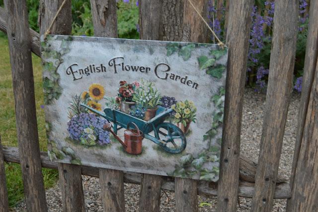 Historikk og oppskrift på en cottage garden. Velkomstskilt med herlige blomster.