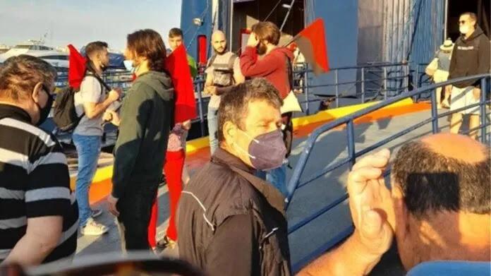 Πειραιάς: Ταξιδιώτες απομάκρυναν τους… επαγγελματίες συνδικαλιστές που εμπόδιζαν τον απόπλου