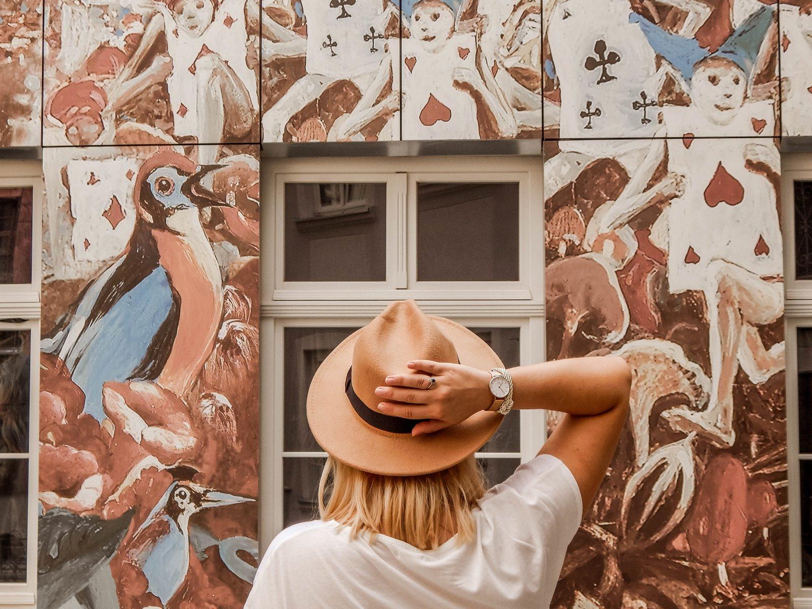1 łódź podwórko artystyczne przy ul. Więckowskiego 4 murale łódzkie graffiti artystyczne podwórka miejsca które warto zobaczyć instafriendly miejsca w łodzi na sesje zdjęciowe dla blogerów ładne piękne kolorowe
