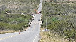 Em Picuí, gestão do prefeito Olivânio Remígio (PT) remove rochas as margens da PB 137