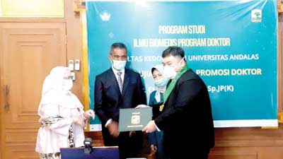 Tim penguji menyerahkan piagam kepada DR dr Eka Fithra Elfi