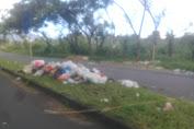 Tumpukan Sampah Di Tengah Jalan Raya Sukarno Minut