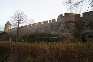 Die alte kölner Stadtmauer. Links am Bildrand ist ein Turm zu sehen