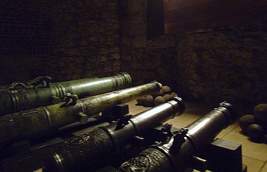 Zamek Królewski na Wawelu. Zbrojownia. Lufy armatnie.