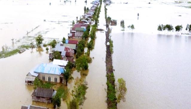 Ya Allah, Dari Atap Rumah Terlihat Korban Melambaikan Tangan Minta Tolong Saat Diseret Banjir