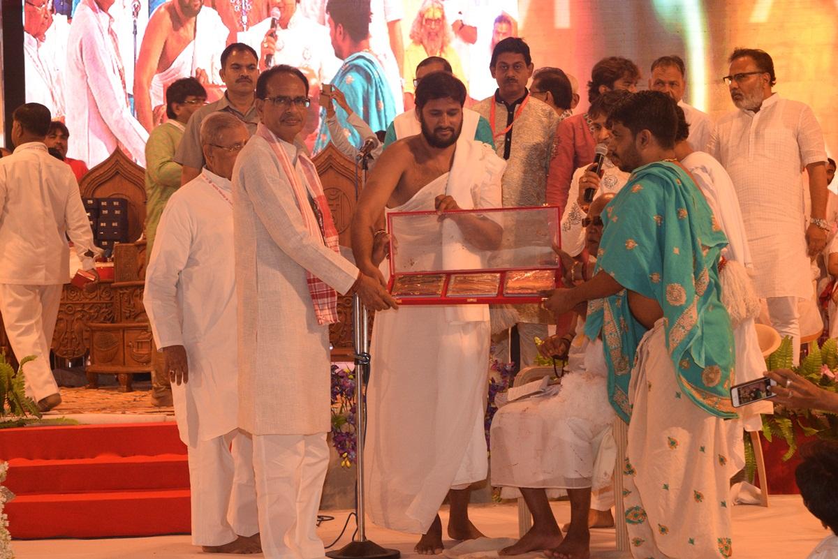 Chief-Minister-Shivraj-Singh-Chauhan-released-Vande-Siddhachalam-book-मुख्यमंत्री शिवराज सिंह चौहान ने वंदे सिद्धाचलम् पुस्तक का विमोचन किया