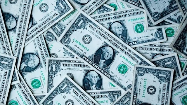 Dólar fecha em menos de R$ 5 pela primeira vez em um ano