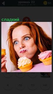 Женщина ест сладкий пирог, сомкнув губы и удивление на лице