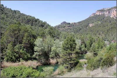 Vista del Convento De San Miguel De Las Victorias (Priego) con el Río Escabas en primer término