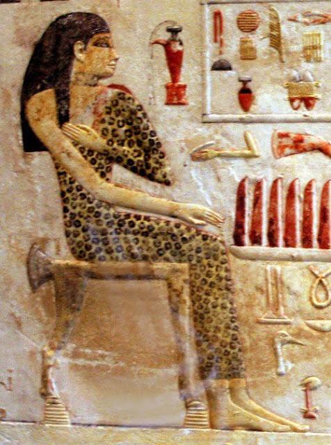 Joven egipcia realizando su ritual de belleza cotidiano