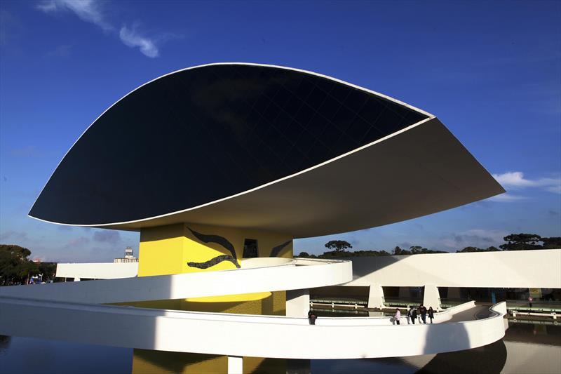 Museu Oscar Niemeyer reabre com medidas sanitárias