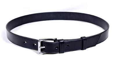 Cintura per uomo realizzata in cuoio inglese JE-Sedgwick nero fatta su misura e cucita a mano con fibbia in acciaio inox ipoallergenico