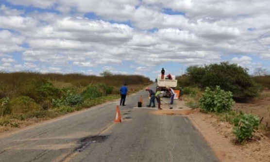 Com apoio da prefeitura DER Inicia operação tapa buraco na PB 317 que dá acesso ao Município de Riacho dos Cavalos