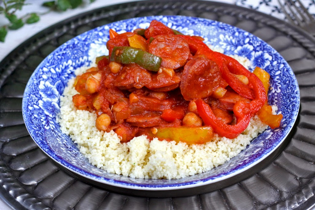 Kuskus z chorizo kuskus z chorizo, papryką i cieciorką w sosie pomidorowym