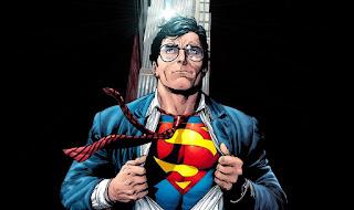 Superman rozhrnuje sako a pod ním má kostým