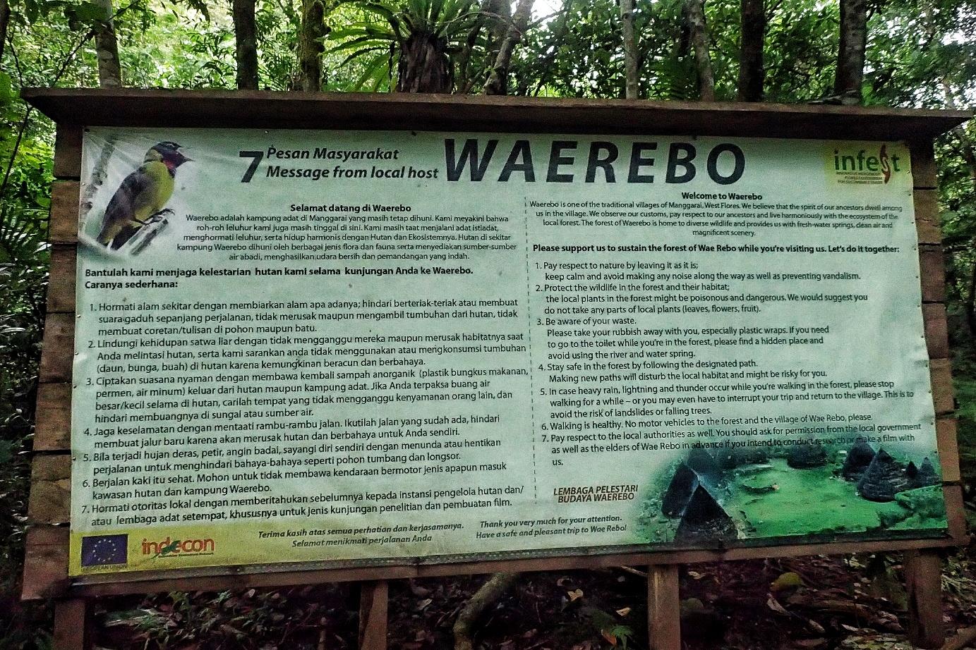 Papan informasi mengenai desa adat Waerebo di pintu pendakian