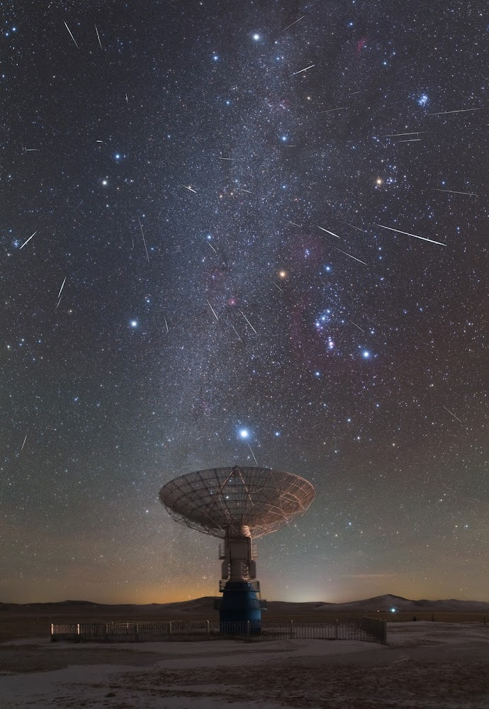 Mưa sao băng Geminid thắp sáng bầu trời bán cầu bắc. Hình ảnh: Yin Hao.