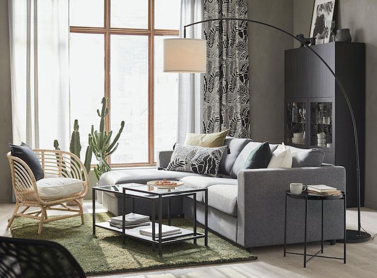 Salones nuevo catálogo IKEA 2021: salón con sofá oscuro y butaca de fibra.