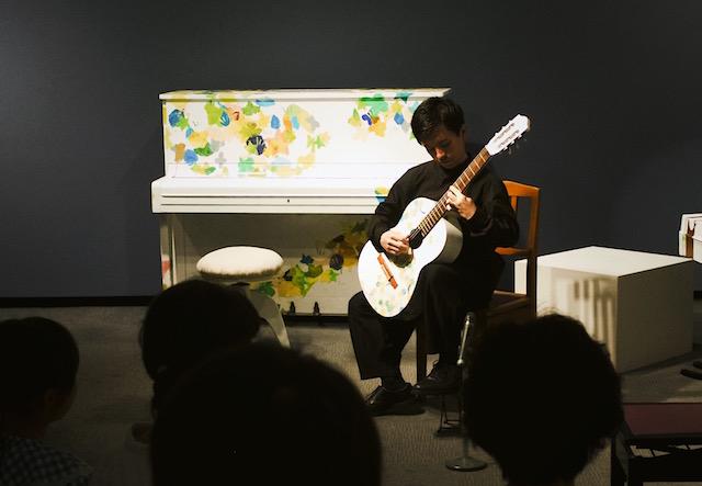 夢美術館で中村眞弥子さんの作品を演奏する五十嵐紅