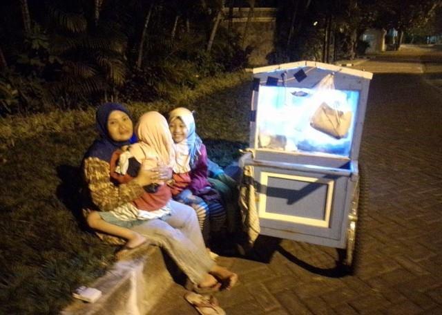 Demi Pengobatan Suaminya Yang Stroke, Ibu Dan Anak Ini Ikhlas Jualan Di Malam Hari