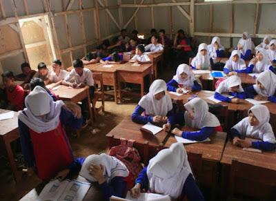 Ratusan Siswa di Kabupaten Bandung Barat ini Belajar di Bekas Kandang Ayam