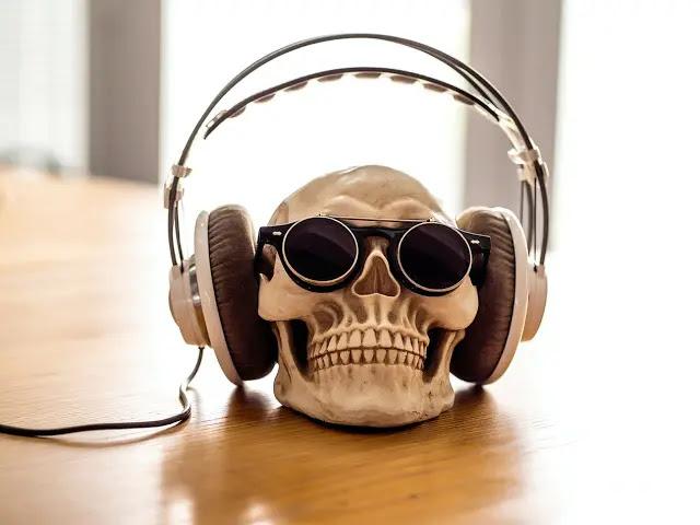 Calaca con audífonos