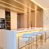 Cozinha neutra e dourada com pórtico de madeira + geladeira e área de serviço camufladas!