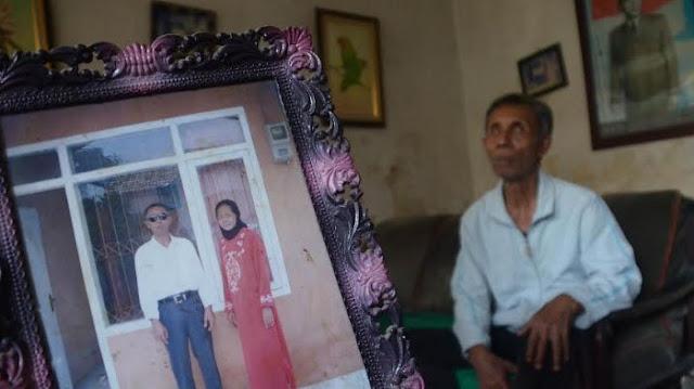 Bukti Cinta Sejati! Istri Sakit Parah dan Bau Busuk, Kakek Buta Ini Tetap Setia Merawat
