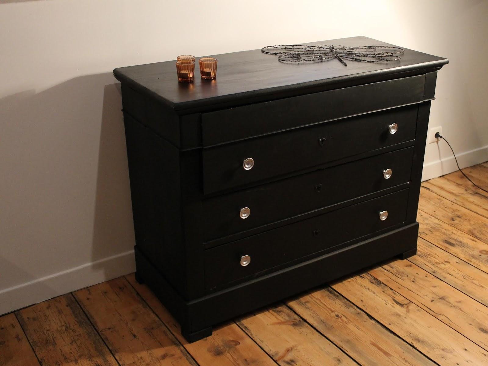 peindre un meuble en bois en noir mat
