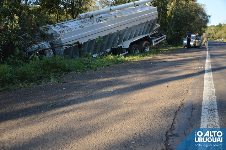 Motorista do caminhão saiu ileso do acidente (Fotos: Ed Moreira/AU)