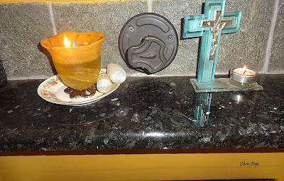 Καντήλι αναμένο και διπλα ενα σταυρός απο γιαλί