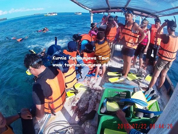 foto wisatawan snorkeling paket kendal karimunjawa pp